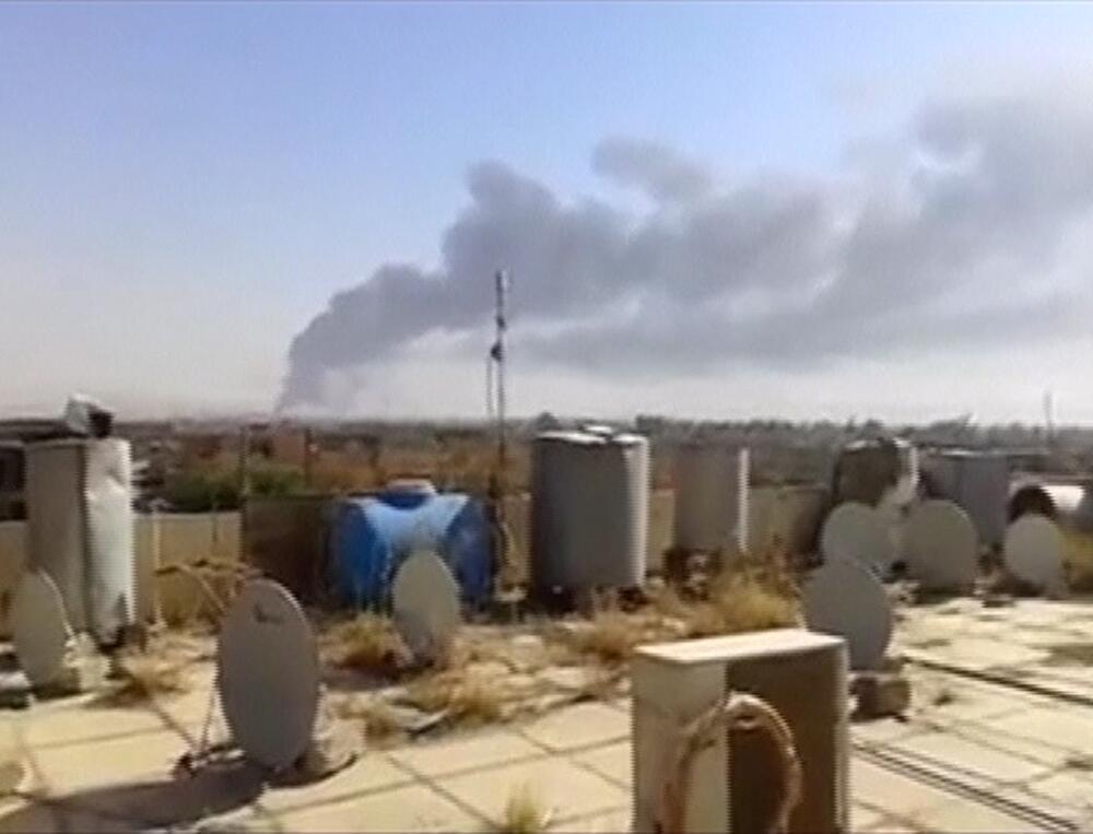 Столб дыма над нефтеперерабатывающим заводом в Байджи во время боев 18/06/2014