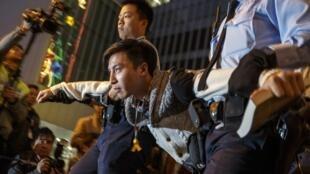 Cảnh sát Hồng Kông bắt giữ những người biểu tình còn lại trong khu phố Admiralty - Reuters /Athit Perawongmetha