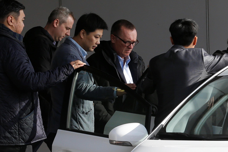 Lãnh đạo Liên Hiệp Quốc Jeffrey Feltman (đeo kính) quá cảnh Bắc Kinh ngày 09/12/2017 sau chuyến công du Bắc Triều Tiên.