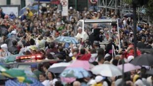 O papa Francisco deixa a catedral do Rio de Janeiro no centro da  cidade.