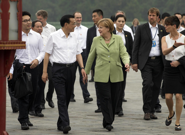 A chanceler da Alemanha, Angela Merkel, com o primeiro-ministro Li Keqiang nesta segunda-feira, em Pequim