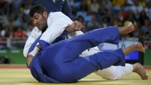 O judoca egípcio Islam El Shehaby (de branco) recebeu forte pressão nas redes sociais para não disputar uma luta nesta sexta-feira (12) contra o israelense Or Sasson, mas respeitou o espírito olímpico.