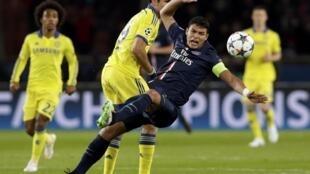 Thiago Silva (direita) do PSG em luta pela bola com Diego Costa (à esquerda)