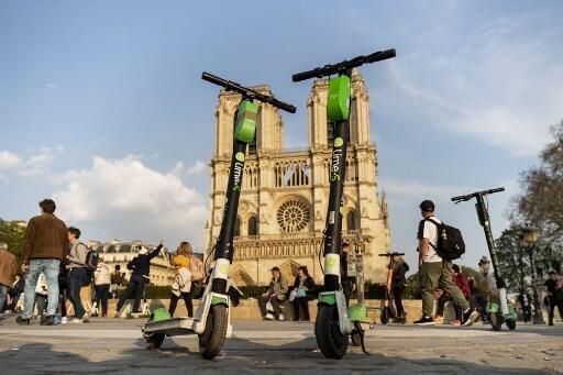 As patinetes elétricas em Paris estão proibidas.