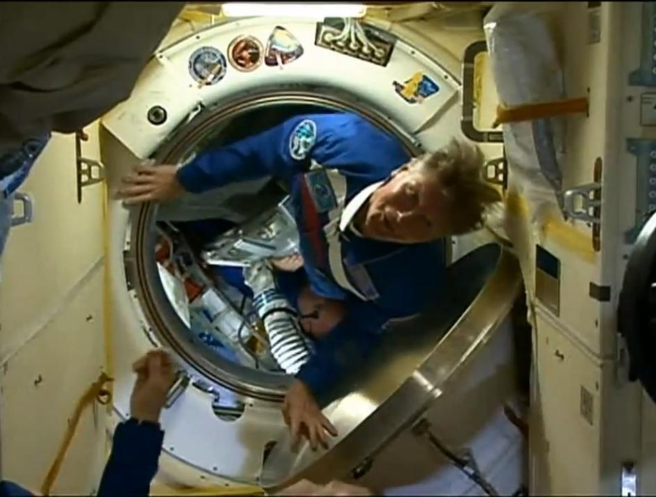 Astronauta entrando na ISS, ontem, para uma missão de um ano no espaço.