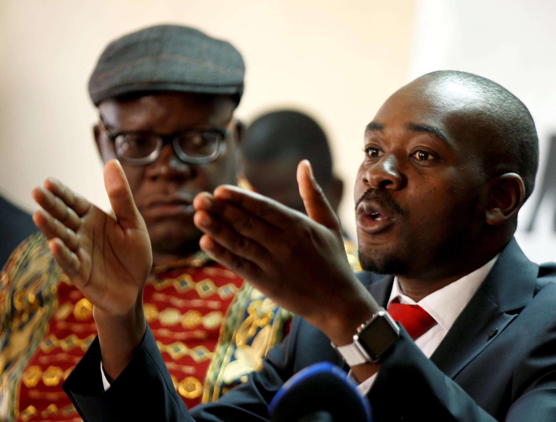 Nelson Chamisa (kulia) akizungumza katika mkutano na waandishi wa habari tarehe 25 Agosti 2018 Harare, Zimbabwe.