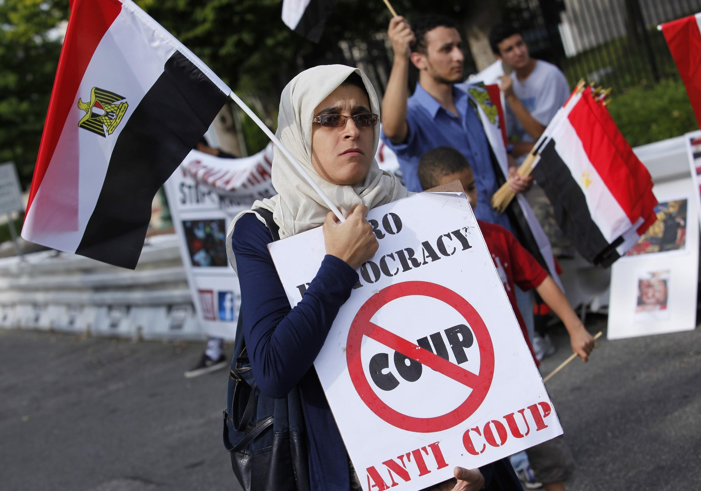 Các tổ chức người Mỹ gốc Ai Cập bảo vệ dân chủ, nhân quyền biểu tình trước Đại sứ quán Ai Cập tại  Washington ngày 19/08/ 2013.