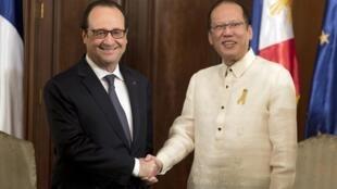 Tổng thống Hollande bắt tay tổng thống Philippines Aquino tại Manila ngày 26/02/2015.