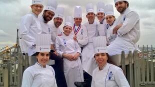 Исполнительный директор и главный повар Le Cordon Bleu Эрик Бриффар (в центре) в окружении студентов школы на Триумфальной арке, 21 марта 2017.