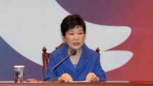 Park Geun-hye lors d'un rendez-vous d'urgence de son cabinet à la présidence, le 9 décembre 2016, jour du vote des parlementaires.