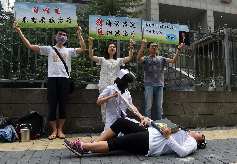 La communauté gay de Pékin espère que ce procès historique leur rendra justice. Ici, à l'ouverture du procès contre la clinique de traitement des homosexuels, le 31 juillet 2014.