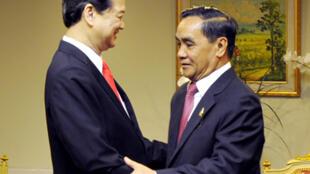 Hai thủ tướng Việt Nam Nguyễn Tấn Dũng (T) và Lào Thoongsing Thammavong (P). Ảnh : chinhphu.vn