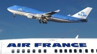 Un avion aux couleurs de la compagnie KLM vole au dessus de d'un avion d'Air France à l'aéroport Schipol d'Amsterdam (image d'illustration).