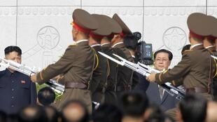 Jang Song-thaek (d.) et Kim Jong-un, lors d'un défilé militaire, le 13 décembre dernier.
