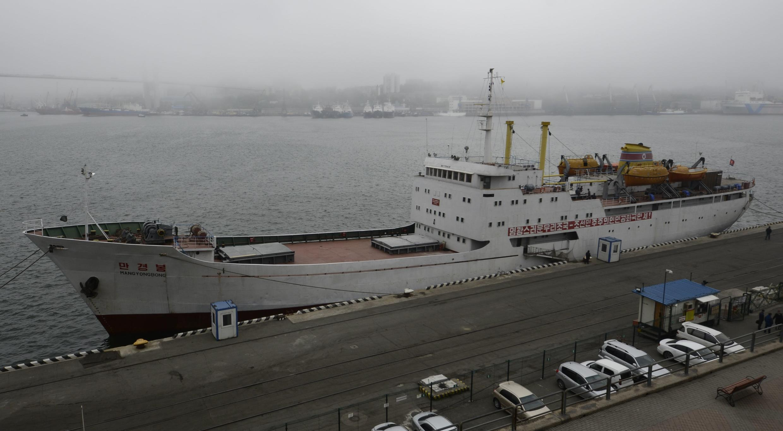 Паром Mangyongbong в порту Владивостока, 18 мая 2017 г.
