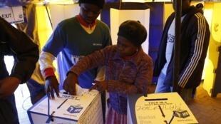 África do Sul realiza primeira eleição depois da morte de Mandela.