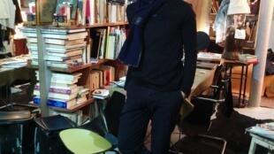 O estilista brasileiro Gustavo Lins acaba de inaugurar uma nova loja em Paris