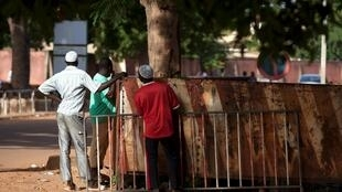 Des habitants de la capitale et des gardes présidentiels, après des tirs d'armes à feu, à Ouagadougou, le 17 septembre, au Burkina Faso.