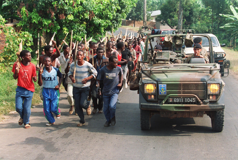 Une patrouille de militaires français dépasse des troupes hutues rwandaises, le 27 juin 1994, près de Gisenyi, à l'ouest du Rwanda.