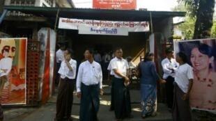 Militantes pró-democracia aguardam libertação da líder de oposição Aung San Suu Kyi, em Yangun, capital de Mianmar.