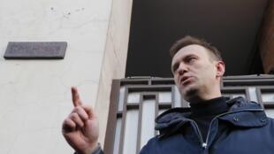 Le leader de l'opposition Alexeï Navalny, ce samedi 17 mars, pendant son discours devant la plaque commémorative de Boris Nemtsov, figure de l'opposition abattue en plein Moscou, le 27 février 2015.