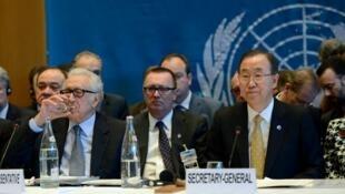 Katibu mkuu wa UN  Ban Ki-moon, akiwa na wajumbe kutoka pande mbili zinazozozana nchini Syria  kwenye mkutano wa Geneva kuhusu Syria