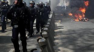 Cảnh sát chống bạo động đối phó với phong trào Áo Vàng trong cuộc biểu tình lần thứ 23 tại Paris ngày 20/04/2019.