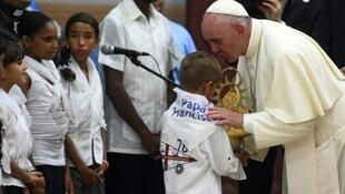 """Papa Francis azungukwa na watoto, Septemba 21, 2015 katika mahala patakatifu pa Bikira """"del Cobre"""" katika mji wa Santiago nchini Cuba."""