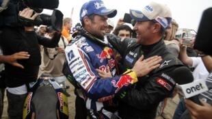 Французы Сириль Депре (слева) и Стефан Петерансель, победители ралли-рейда Дакар-2012 в классе мотоциклов и автомобилей