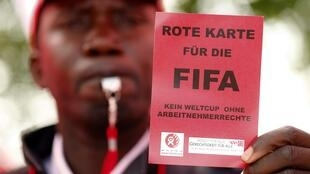 Las ONG y los sindicatos denuncian las condiciones de trabajo en las obras del Mundial 2022 en Qatar. Delante de la sede de la FIFA en Zúrich, el 3 de octubre de 2013.