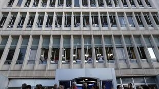 Telespectadores gregos protestam na frente da sede da Televisão Pública contra a decisão do governo de fechar a emissora.