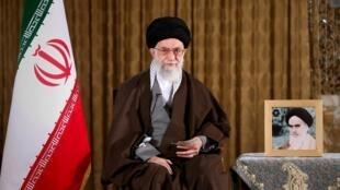 """Aiatolá Ali Khamenei chamou Estados Unidos de """"inimigos"""" em discurso neste domingo (20)."""