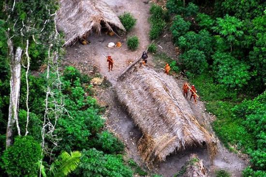 Foto da FUNAI de tribo de índios isolados na Amazônia.