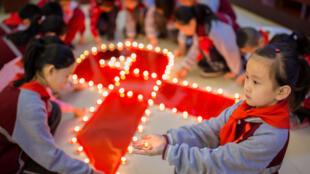 """中国内蒙古呼和浩特一所小学举办""""世界艾滋病日""""活动 2017年12月1日"""