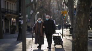 1月27日巴塞罗那街头戴口罩遛弯的老年人