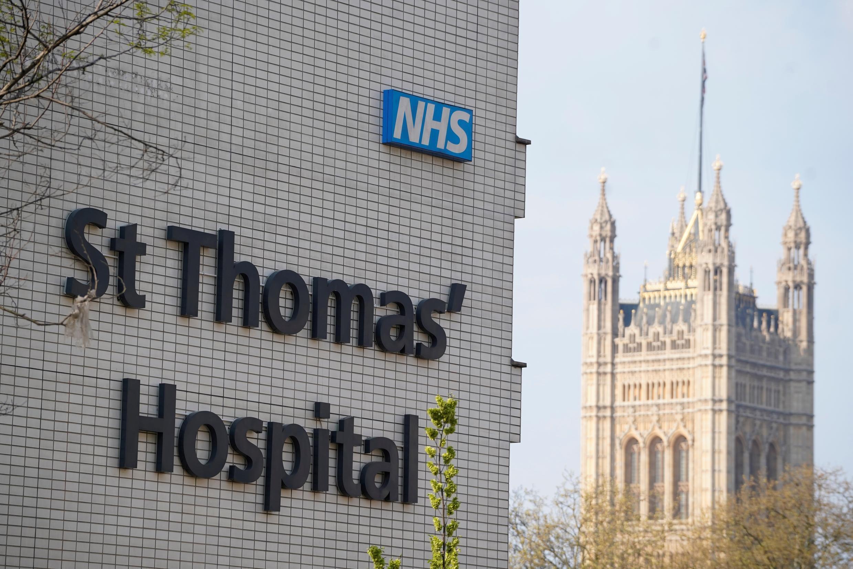 Una imagen de la fachada del hospital St Thomas, donde permanece ingresado el primer ministro Boris Johnson, tomada el 11 de abril de 2020 en el centro de Londres