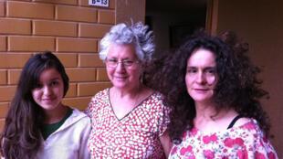 Sonia Arellano avec sa fille Jessica Rozas et sa petite fille Karol, trois générations de femmes qui cherchent activement Juan, disparu en avril 1977.