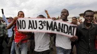 Au Burundi, les manifestants estiment que selon la Constitution burundaise, le président Pierre Nkurunziza ne peut pas briguer un nouveau mandat.