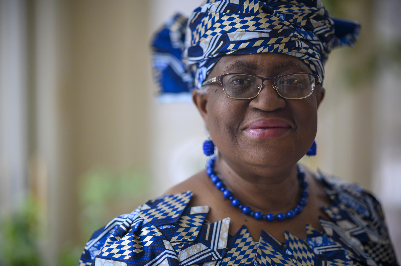 Ngozi Okonjo-Iweala posa para la cámara en su casa de Potomac, cerca de Washington, minutos antes de su confirmación como directora geneal de la OMC, el 15 de febrero de 2021