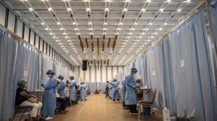 Adultos mayores reciben la primera dosis de la vacuna rusa Sputnik-V contra el covid-19 como parte de una segunda fase en la campaña de vacunación de Venezuela, el 29 de mayo de 2021 en Caracas