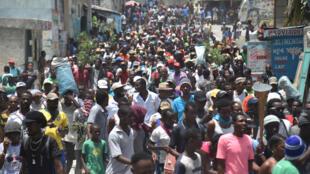 Manifestation dans les rues de Port-au-Prince, le 14 juillet 2018, pour protester contre le gouvernement du président Jovenel Moise et contre le Premier ministre Jack Guy Lafontant, qui a présenté sa démission, le 14 juillet 2018.