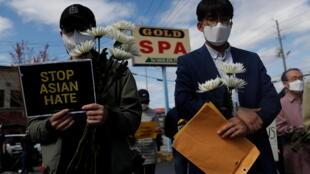 Nhiều người dân Mỹ tưởng niệm nạn nhân vụ xả súng nhắm vào người châu Á bên ngoài tiệm mat-xa Gold Spa, tại Atlanta, bang Georgia, Mỹ, ngày 21/03/2021.