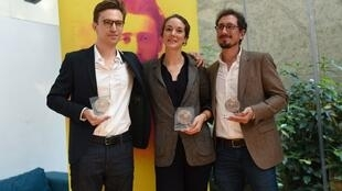 Os jornalistas Elise Vincent (centro), Jean-Baptiste Malet (esquerda) e Christophe Barreyre (direita)