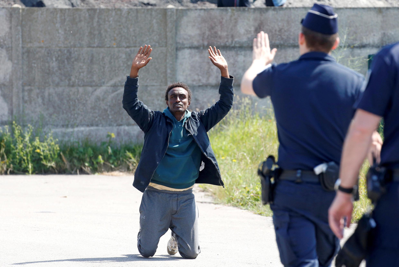 La police française empêche des migrants d'accéder à un point de distribution de nourriture à Calais, le 1er juin 2017.