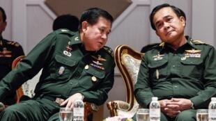 Le général Thanasak Patimaprakorn (g) avec le général Prayuth Chan-ocha, chef de la junte, le 13 juin à Bangkok.