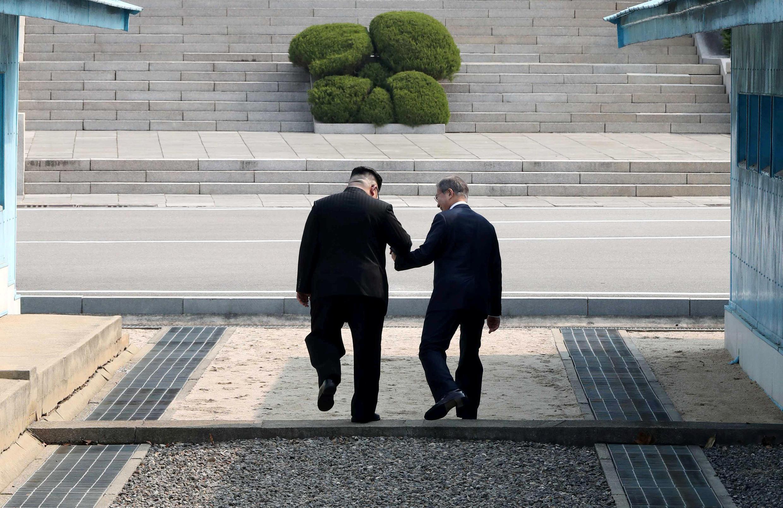 Một trong những hình ảnh gây xúc động trong cuộc gặp thượng đỉnh liên Triều: hai nhà lãnh đạo Kim Jong Un và Moon Jae In cùng bước qua vạch biên giới ở Bàn Môn Điếm, ngày 27/04/2018.