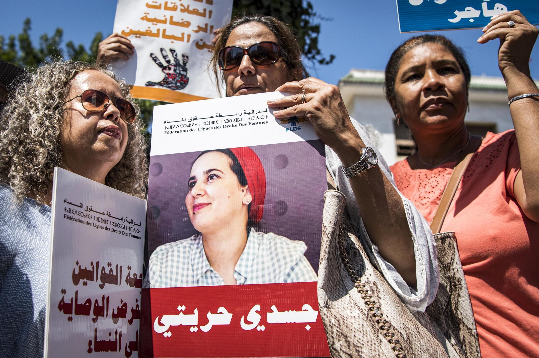 Mulheres protestam contra a detenção de Hajar Raissouni