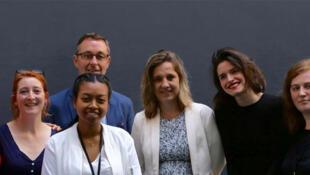 Toute l'équipe de l'émission sur les petits boulots avec nos invités. De gauche à droite : Kahina, Pauline, Alice, Thierry Roger, Geneviève, Sophie de Tarlé, Pauline, Maud.