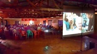 La projection du film de James Cameron «Titanic» dans un camp de réfugiés est rendue possible par les Clubs RFI et l'association Les Écrans de la paix.