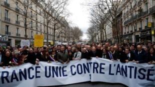Milhares de pessoas na marcha em memória de Mireille Knoll, judia de 85 anos assasinada em Paris.